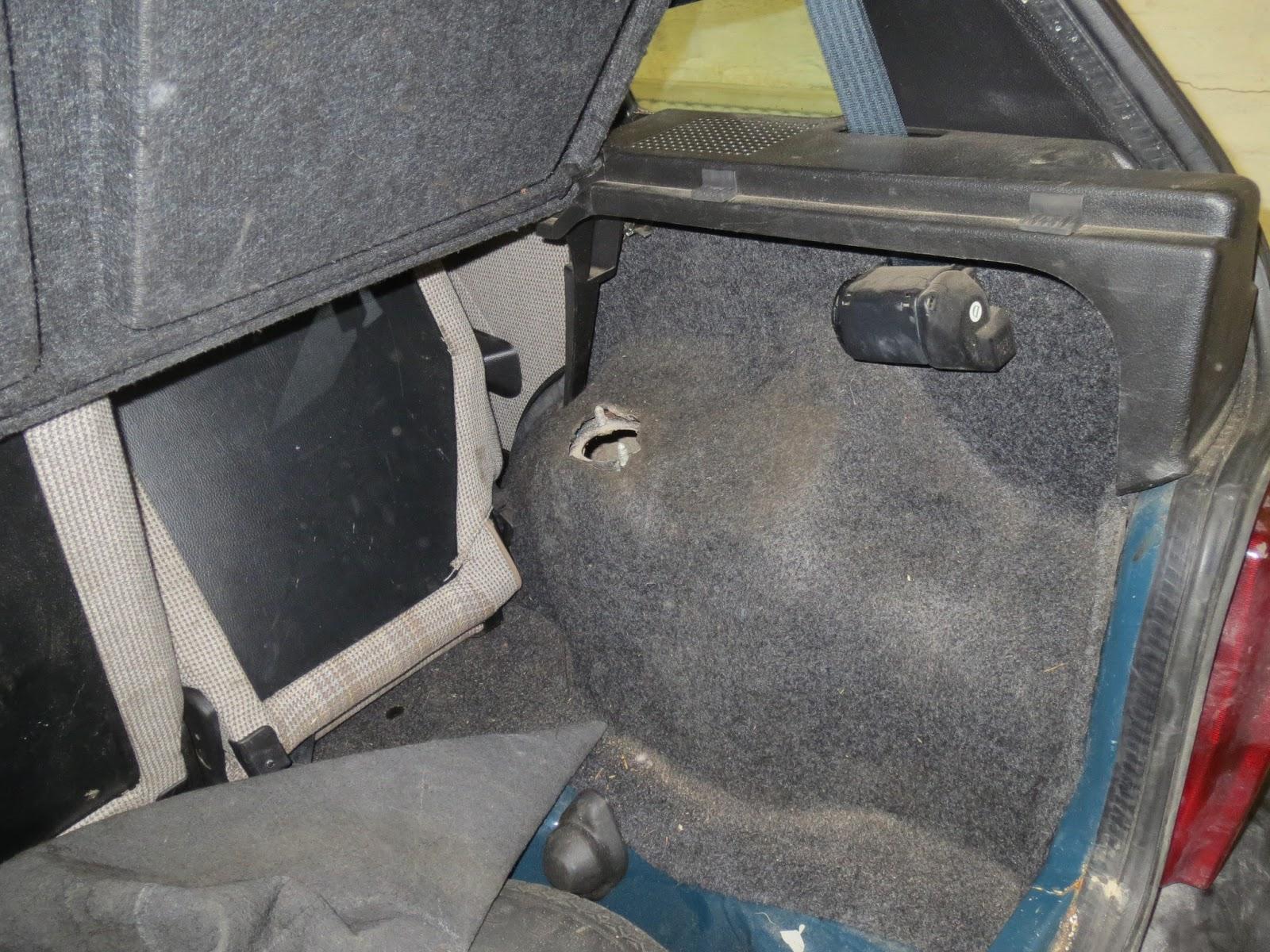 Fiat Uno Experience Stilo Fuse Box In Boot And Right Rear Suspension Attachment Point