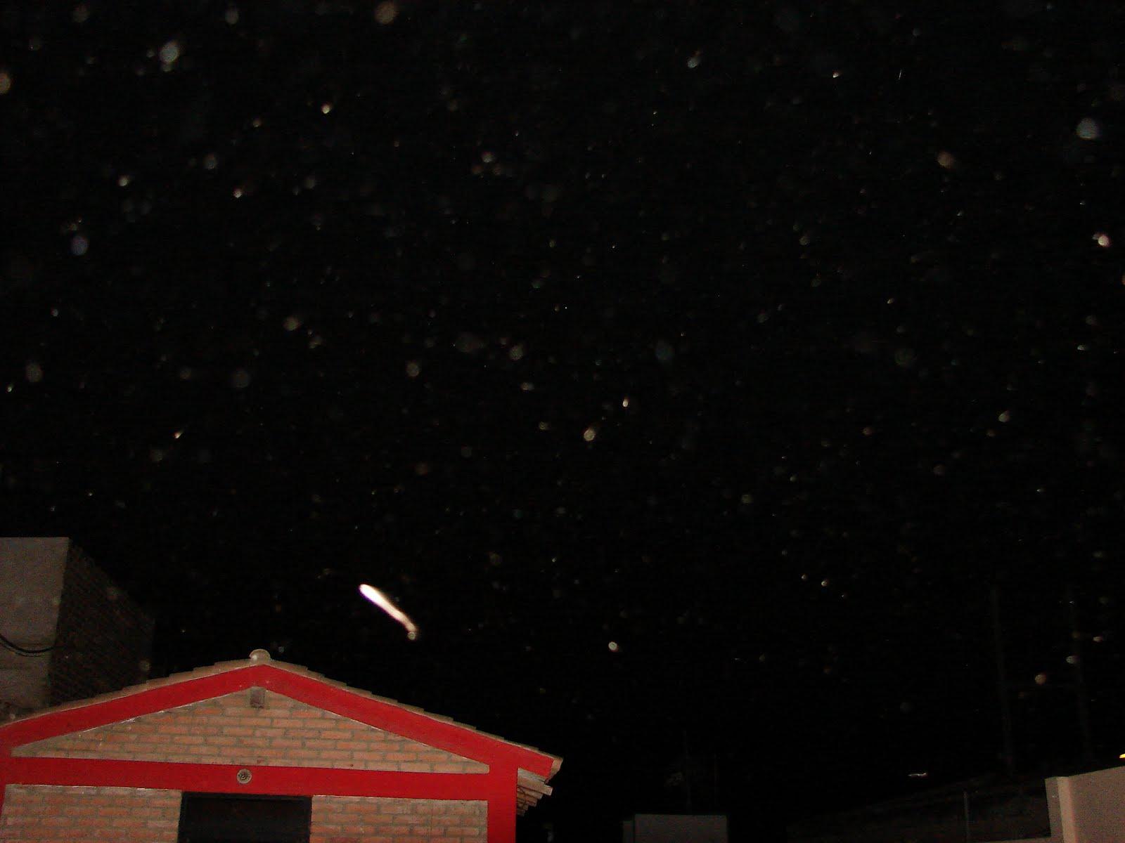 ATENCION--2-3-4-5-6-7...2011 ovni alargado DFE COLORES EN MI CASA SEC...UFO...