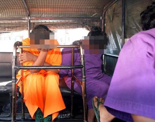 Dua daripada empat suspek kes pembunuhan di Jalan Pahang-Tapah dibawa keluar dari Mahkamah Majistret Tapah menaiki kenderaan (Foto: Utusan)