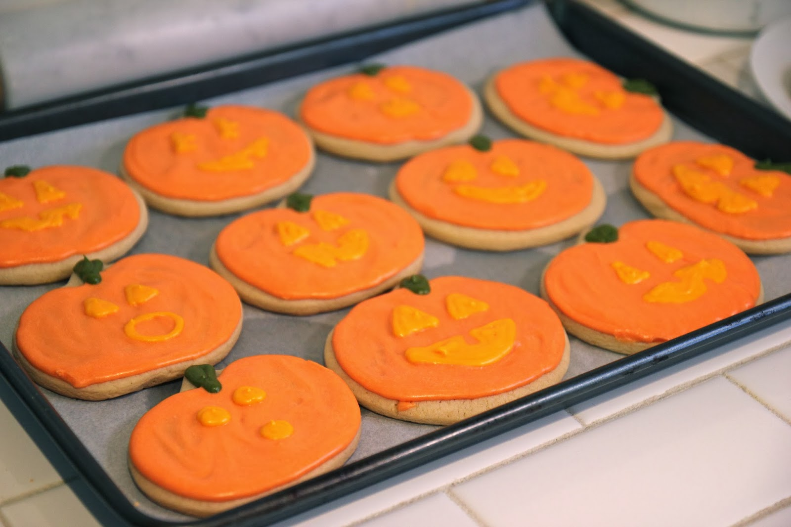 Emma and I made Jack-O-Lantern sugar cookies the morning of the party ...