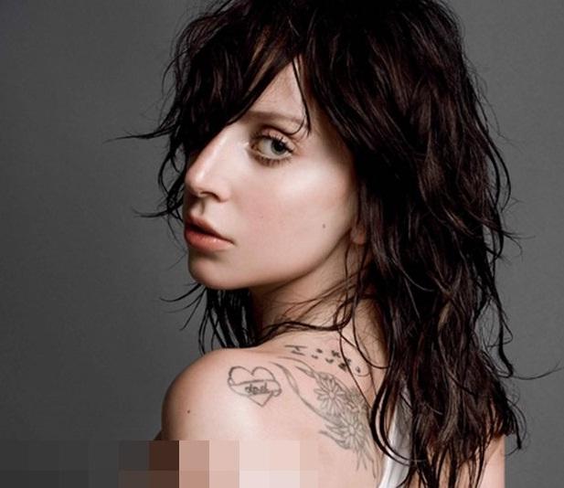 Beberapa foto Lady Gaga dalam majalah V Magazine memperlihatkan bagian ...