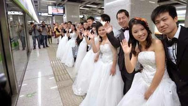 Puluhan Pasangan Nikah Massal di Stasiun Kereta Bawah Tanah