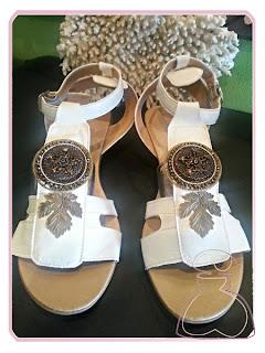 Sandalias decoradas con cápsulas de café. Relizadas por Sylvia Lopez Morant.