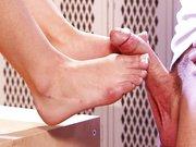Batendo punheta com os pés