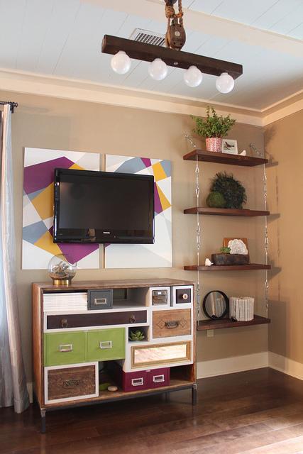 por si estais pensado organizar un poco la casa y os vienen bien algunas de las ideas os dejo estas fotos el mueble de la tele es precioso colorido y