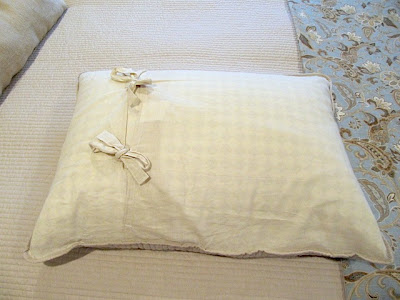 bed pillow storage