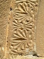 Detall de les dovelles decorades amb elements vegetals de la portalada de Sant Pau de Casserres