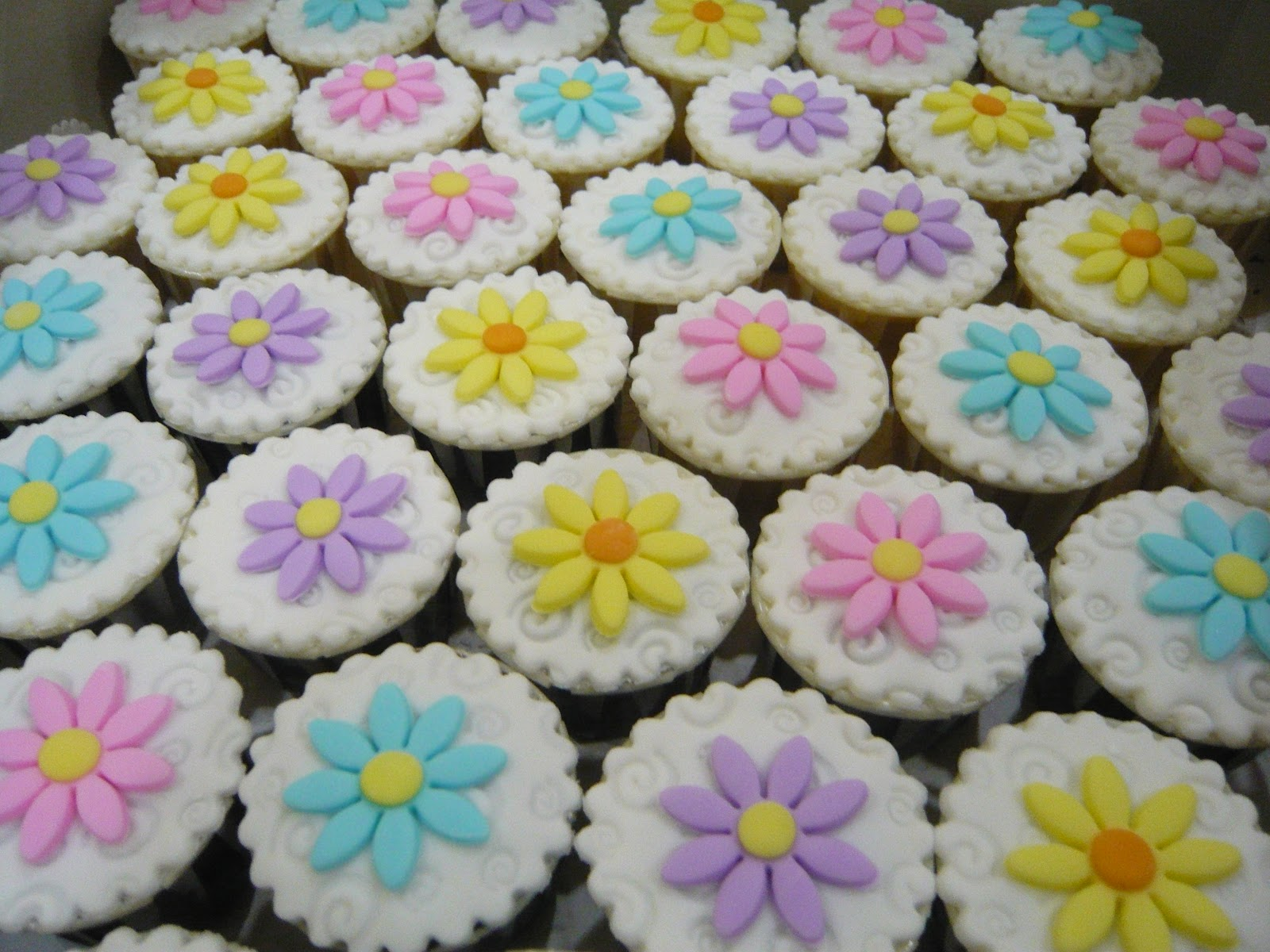 Jenn Cupcakes & Muffins Simple Flower Cupcakes