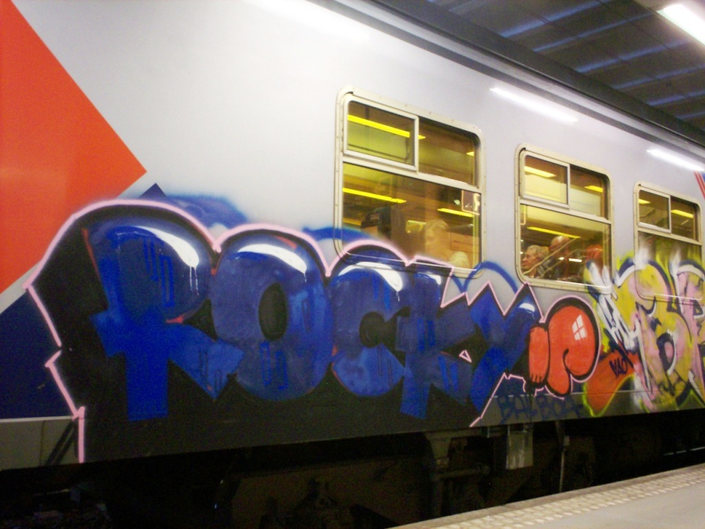 Knitting Graffiti Rocky : Art on train brams