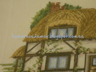 Detalle de casa de campo bordada a punto de cruz