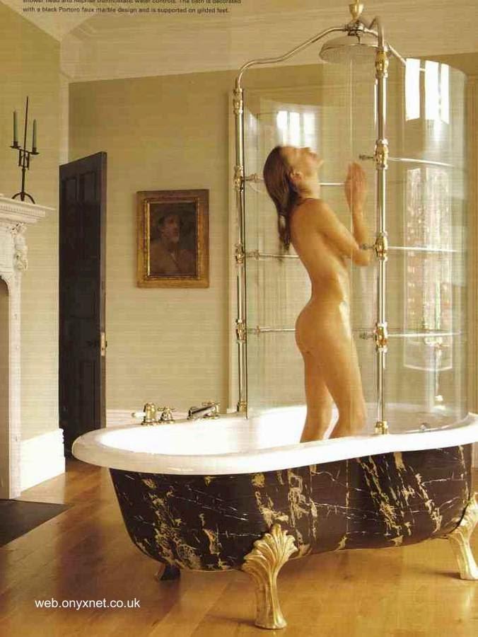 Ducha de diseño lujoso sobre una bañera con patas doradas