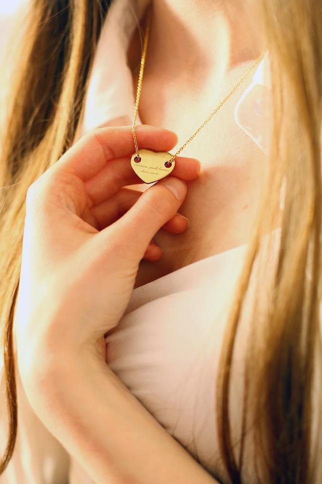 złoty naszyjnik serce stylizacja