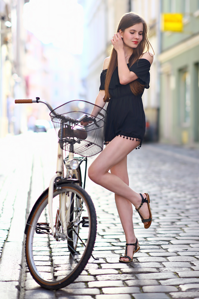 beżowy rower w stylu retro z koszykiem