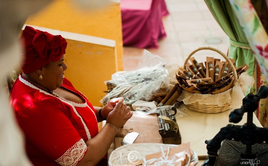 Una liadora de puros haciendo puros en directo para tu boda