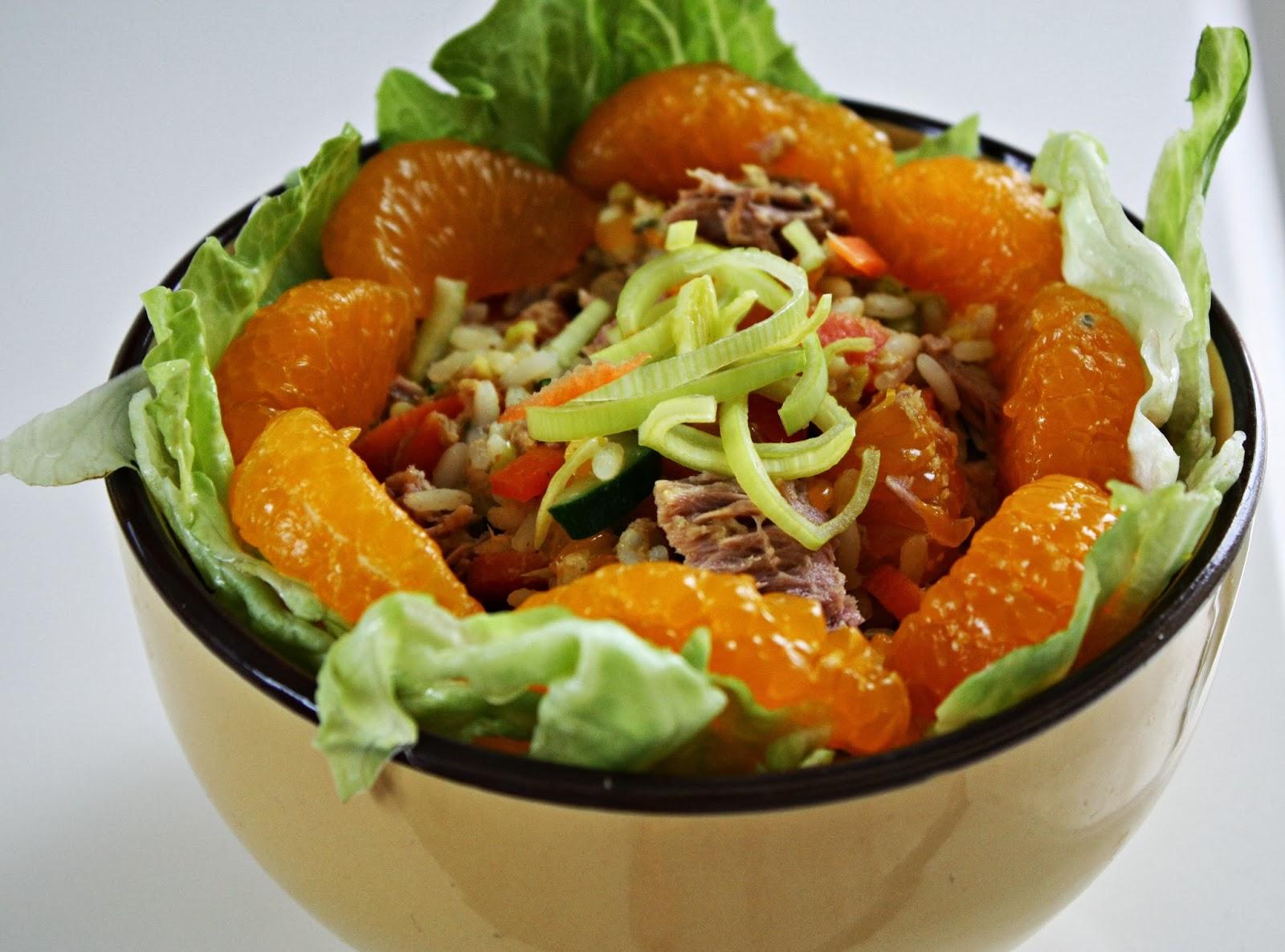 exotischer Reissalat mit Mandarinen und Thunfisch