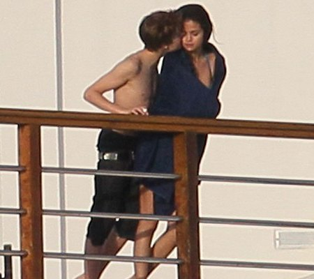 selena gomez and justin bieber kissing in hawaii. selena gomez and justin bieber