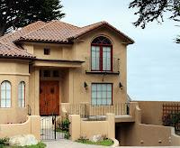modelo de casa bonita de dos pisos con pequeñas rejas negras