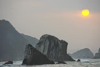 Vista de la playa del Silencio con la bruma de la tarde