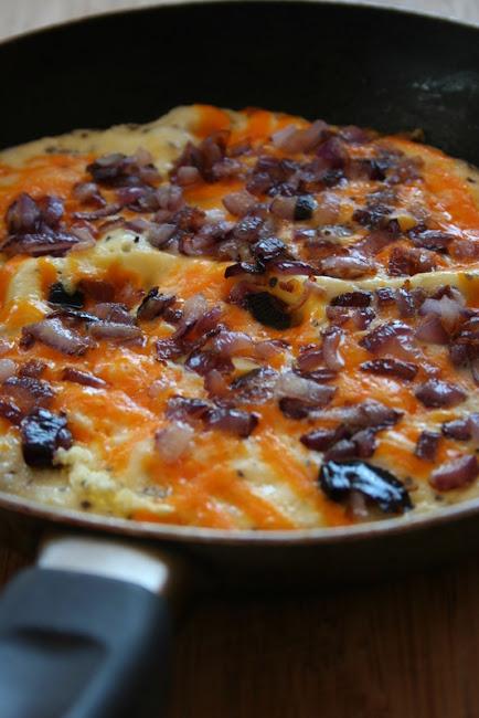 Omlet z karmelizowaną cebulką i serem Red Leicester (wg Sophie Dahl)
