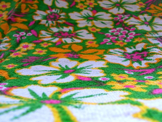 Frottee Stoff Vintage 60er 70er Jahre Blumenwiese Untergrund grün Bllumen orange pink
