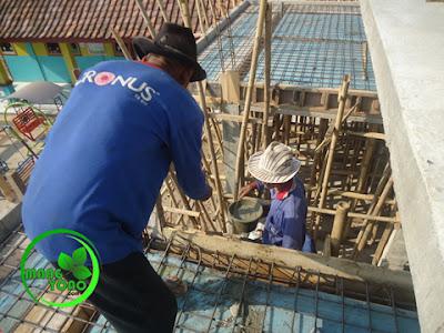 FOTO : Menaikan adukan cor beton.