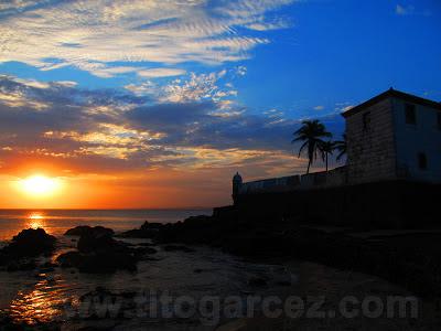 Pôr-do-Sol na baía de Todos os Santos e forte de Santa Maria, na Barra, em Salvador