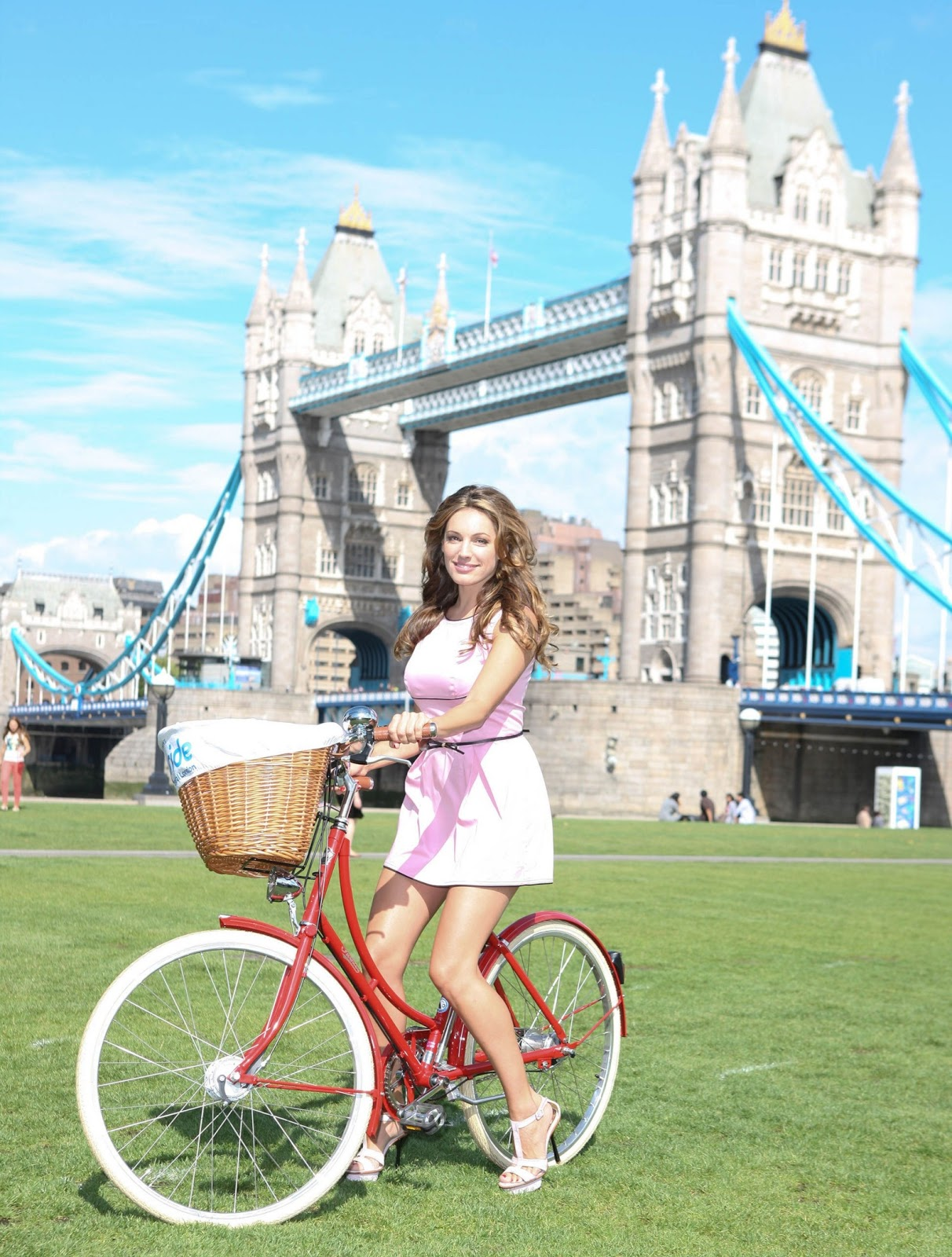 http://4.bp.blogspot.com/-rjTRUfriZCI/TmCh5iXjOsI/AAAAAAAAEyA/Wf2AIv3wrUQ/s1600/Kelly-Brook-at-Mayor-of-London-Skyride-Launch-0tjn16.jpg