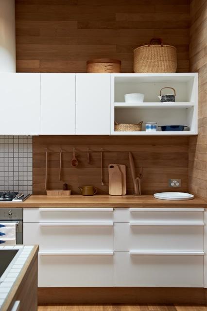 Una cocina con suelos techos y paredes de madera blog - Suelos de cocina modernos ...