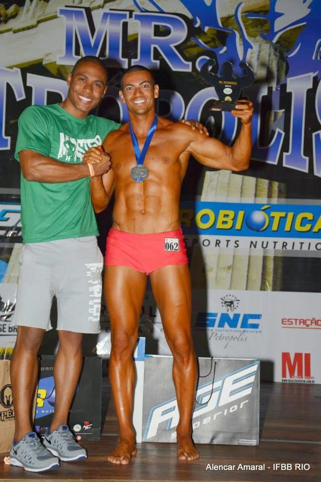 Breno Neves recebe os cumprimentos do atleta Filipe Firmino Foto: Alencar Amaral