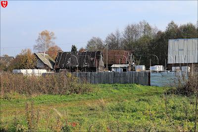 Деревенские дома на месте бывшей усадьбы Пролесковских