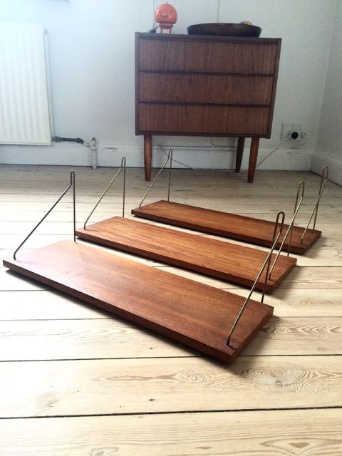 Retro Furniture: Teaktræ hylder med messing
