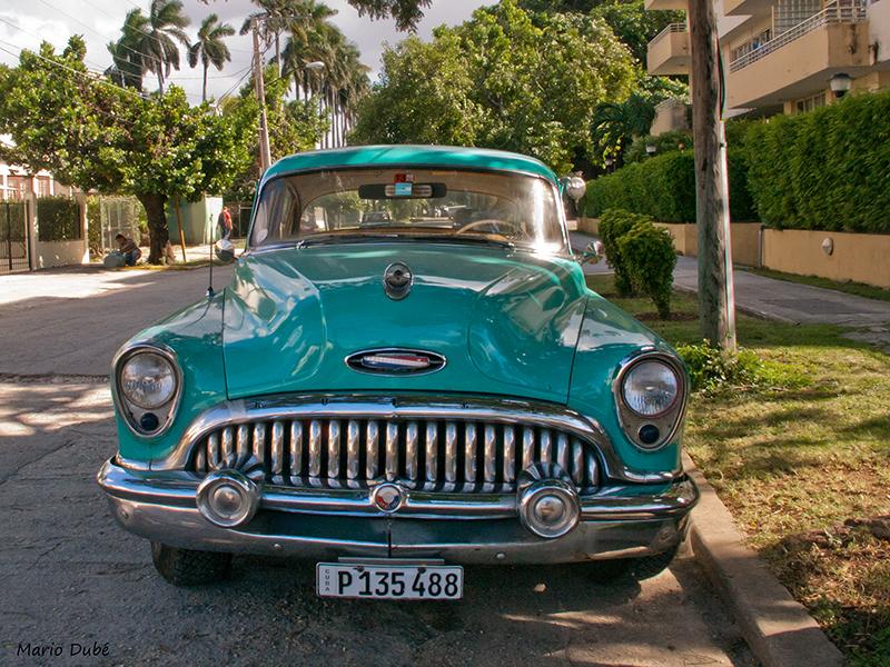 Vieille voiture américaine dans une rue de Miramar