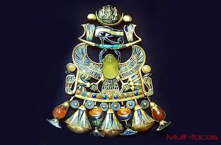 """O amuleto """"extraterrestre"""" usado pelo rei Tut."""