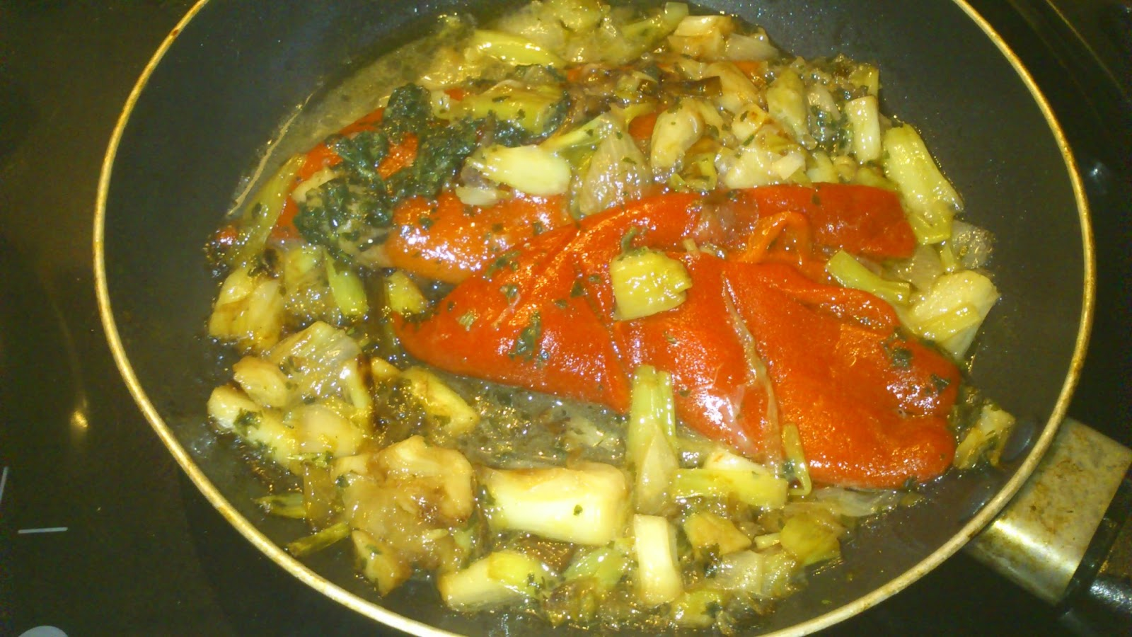 Puré de patata relleno de bacalao en salsa