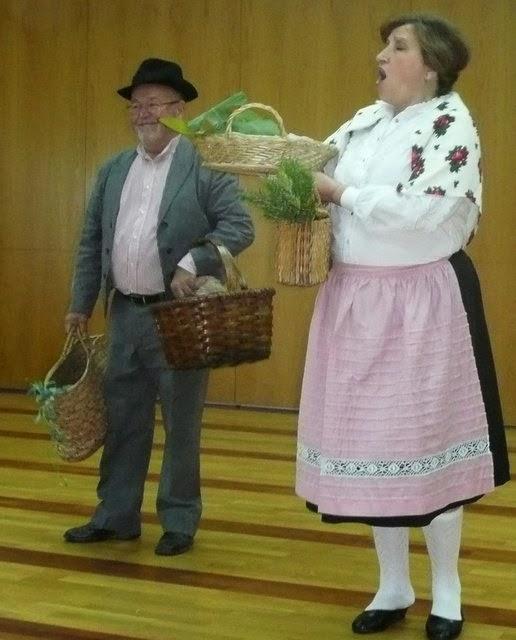 pareja de campesinos con productos de la huerta