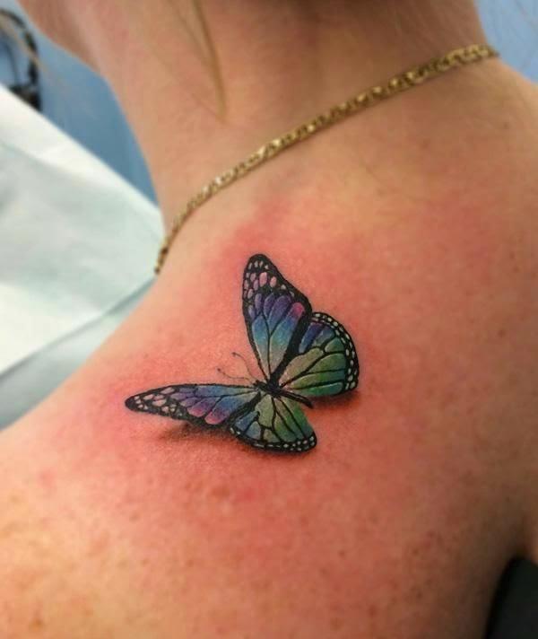 tatuaje de mariposa en el trapecio de una mujer