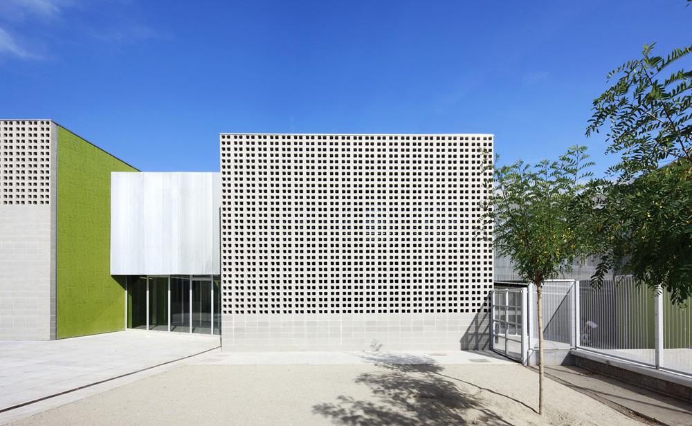 Escuela rossend montan archkids arquitectura para - Celosias de hormigon ...
