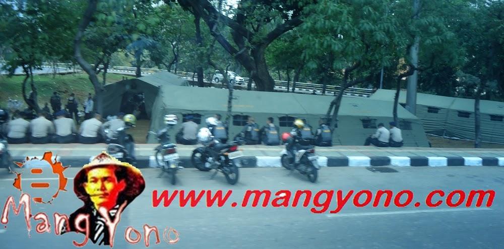 Pak POLISI berjaga - jaga di bundaran Semanggi.
