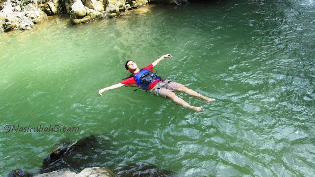 Serunya terapung di air curug Sedandang