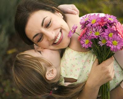 Minha mãe é uma joia, porque vale mais que ouro e brilha mais que um brilhante.  Porque é a mais incrível de todas as mães e tem uma simpatia cativante.  Te amo mamãe!