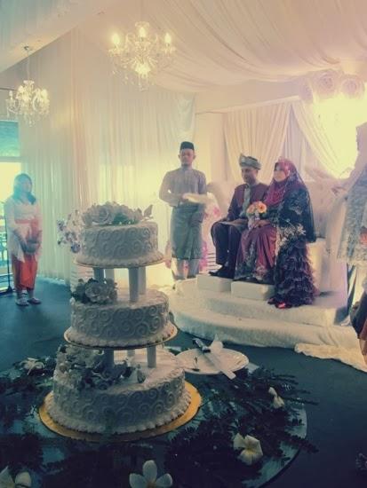 wear maroon wedding attire to contrast