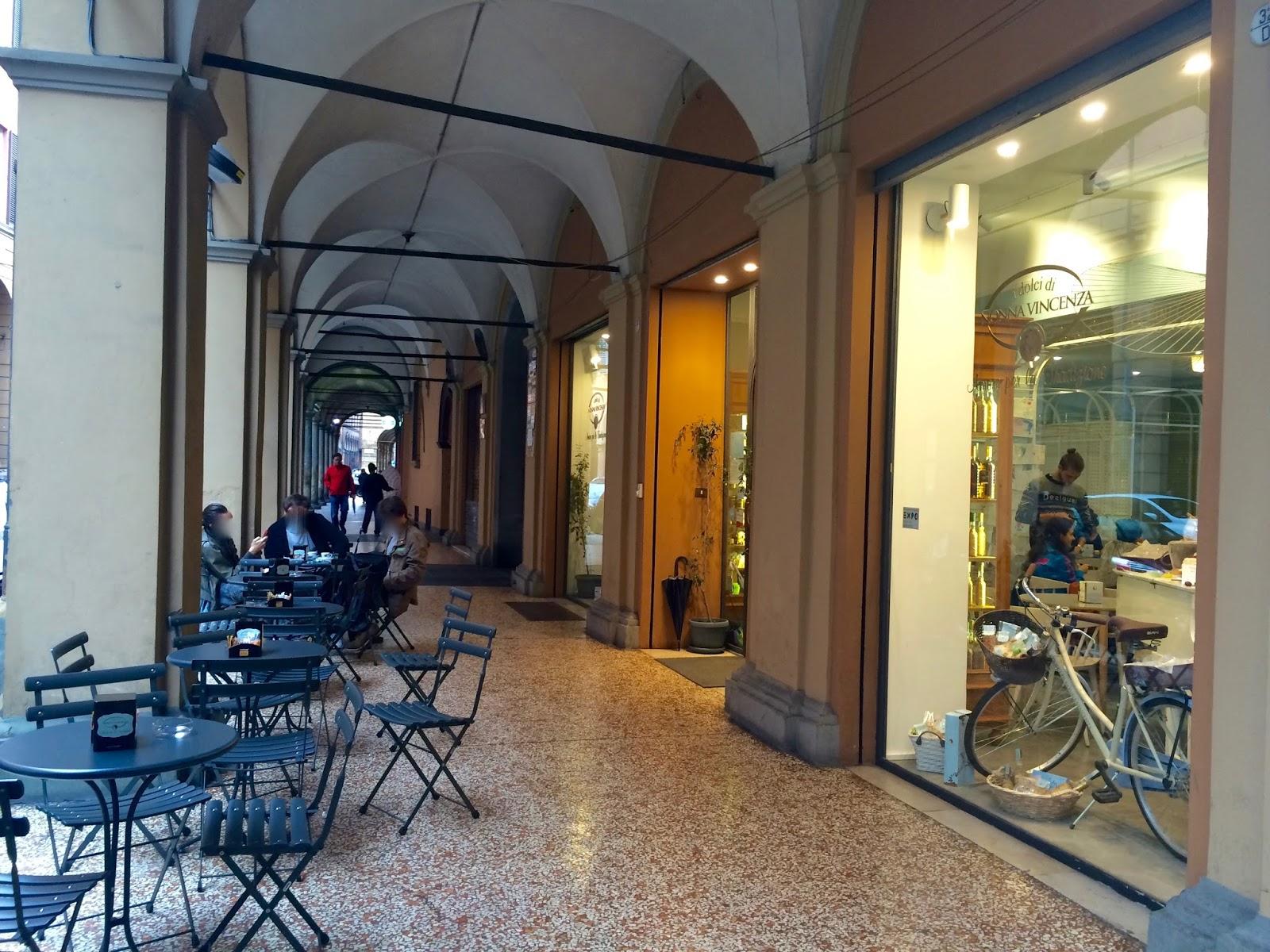 Un caff a bologna i dolci di nonna vicenza in strada for Bar ai portici