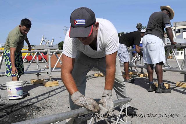 Obreros trabajan, durante los preparativos para la visita del Papa Francisco, en la Plaza de la Revolución, en La Habana, Cuba, el 24 de agosto de 2015.