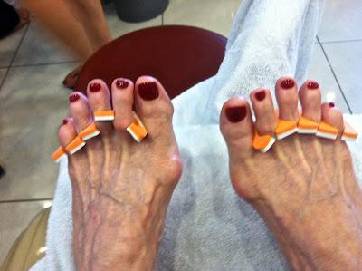 Lamer sus pies descalzos