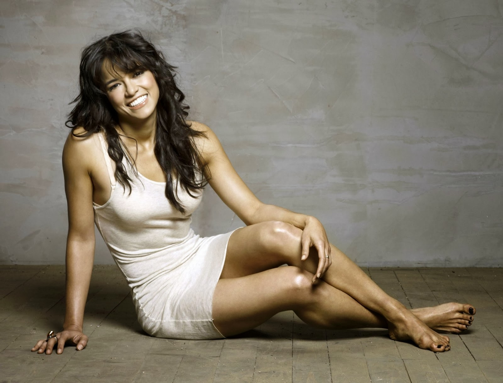 Michelle Rodriguez Hot Look With Smile 14