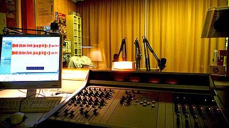 Ein Blick ins RuhrstadtStudio mit Mischpult. (Foto: Marek Schirmer)