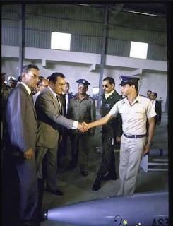 13751422991 صورة للفريق السيسي يسلم على مبارك في نهاية الثمانينات
