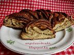 Fahéjas kakaós nyitott beigli, egy óra alatt elkészíthető, kelt tésztás sütemény, fahéjas kakaós krémmel, cukros tejjel lekenve.