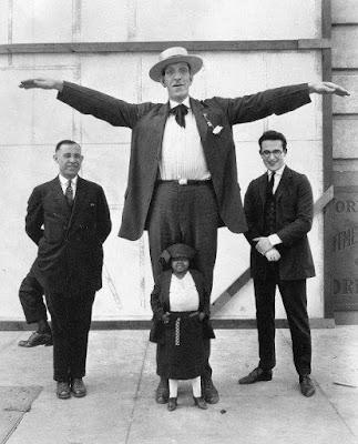 رجل له ثلاثة أرجل-منتهى