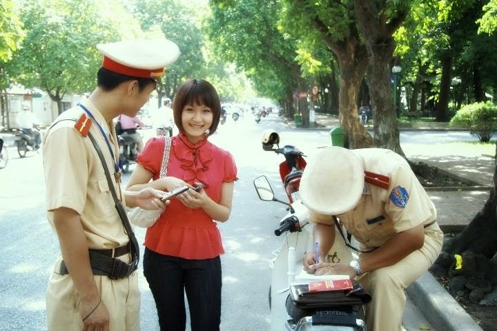 Khi gặp Cảnh Sát Giao Thông người Việt thường làm gì?